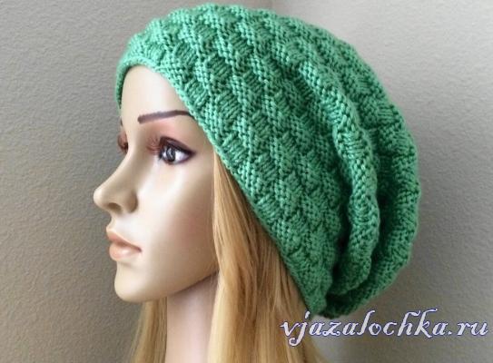 Вязаная шапка спицами узором «Плетенка»